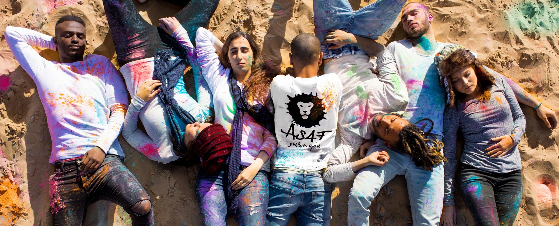 אסף חולצות - תמונה ראשית דף הבית - אנשים עם חולצות שונות של אסף